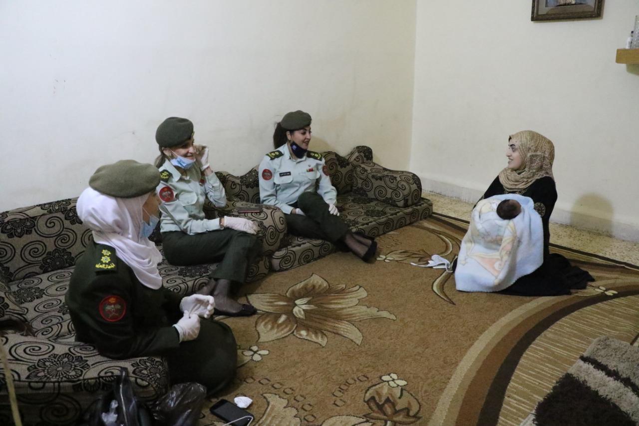 """بالصور  ..  ثلاث ضابطات يزرن الطفل السوري """"أردن"""" الذي ولد على أيدي أفراد الجيش أثناء الحظر"""