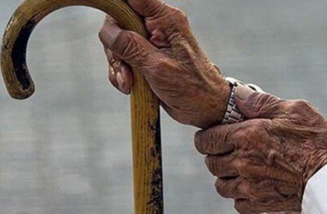 ثلاثينية تقوم على رعاية والديها الطاعنين في السن  ..  لا تجد ما يسد رمقهم بسب الديون فمن يساعدها