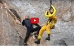 بالفيديو .. أراد ان يطلب يد حبيبته بطريقة مجنونة فعلق بين الصخور على ارتفاع شاهق