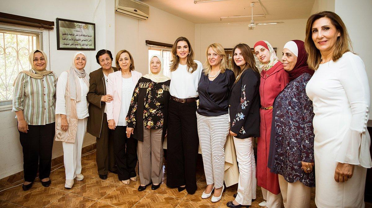 الملكة رانيا تطلع على برامج جمعية الأسر التنموية الخيرية