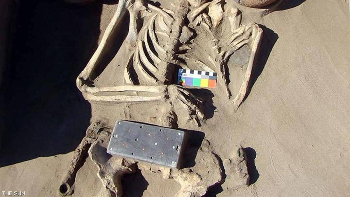 """بالصور  ..  العثور على """"آيفون"""" عمره 2000 عام ..  في قبر امرأة!"""