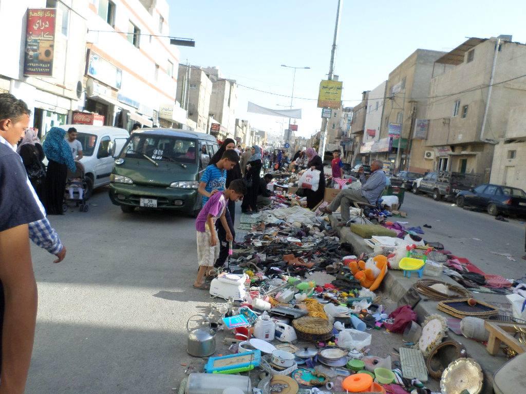 """""""سوق الجمعة"""" في مخيم البقعة يفاقم ازمة المرور ويخلف مكرهة صحية  ..  صور"""