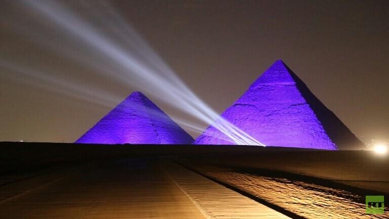 بالصور .. أهرامات مصر تحذر من كورونا