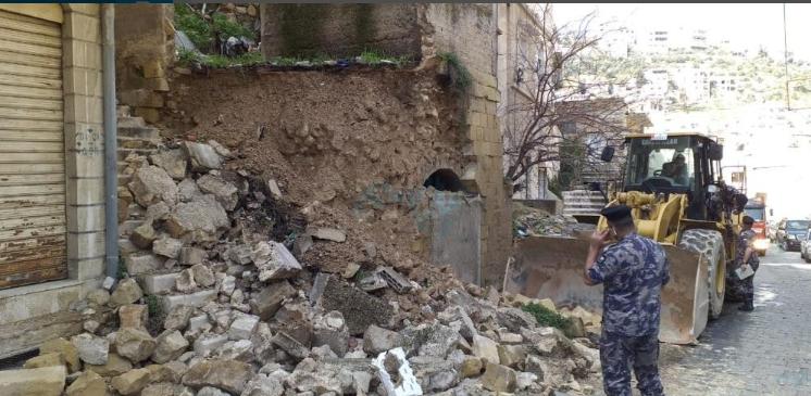 """انهيار جدار لمبنى قديم """"تراثي"""" بالسلط"""