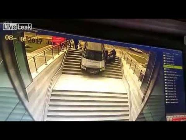 بالفيديو ..  شاهد ماذا حصل عندما قررت سيدة ايقاف سيارتها على سلالم احد المجمعات
