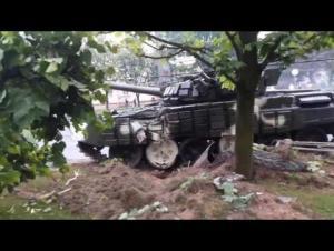 فيديو .. اصطدام دبابة بعامود إنارة بسرعة عالية في الشارع