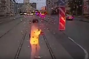 """بالفيديو: انشغالها بالهاتف قتلها دهساً تحت عجلات """"الترام"""" وسط السكة!"""
