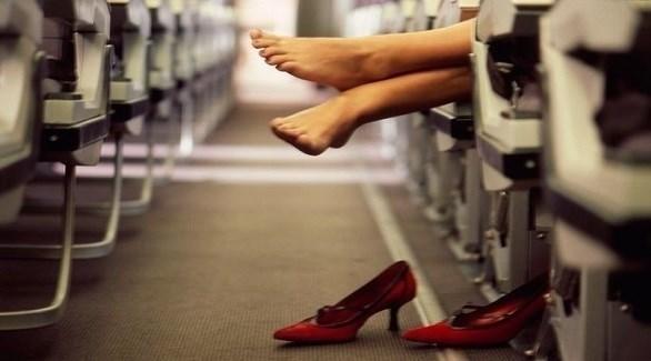 لهذا السبب لا تخلع حذاءك على متن الطائرة