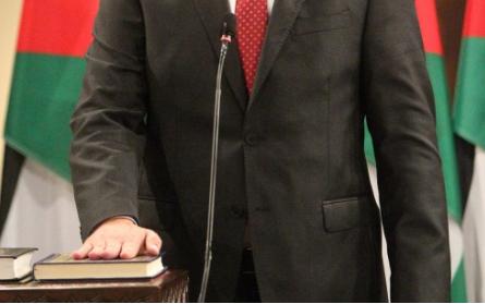 وزير يتنكر لأصدقائه وزملاء الدراسة بعد تسلمه حقيبة في حكومة الرزاز