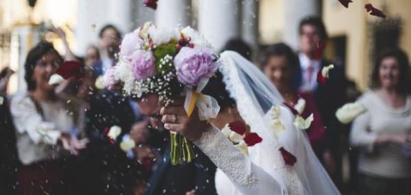 لماذا تتذكر النساء تفاصيل يوم الزفاف أكثر من الرجال؟