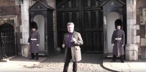 بالفيديو.. ردة فعل صادمة من الحرس الملكي البريطاني على سائح يرقص أمام قصر الأسرة الحاكمة