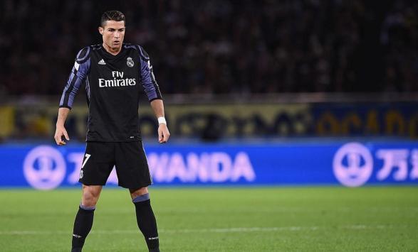 من هو اللاعب الذي يطالب كريستيانو ضمه من برشلونة ؟