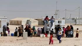 """""""مخيم الزعتري"""": أطفال يتسللون عبر الساتر الترابي للعمل بالمزارع لمساعدة أسرهم"""