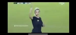 بالفيديو :حكمة تخدع لاعب وتخرج منديل بدل البطاقةً