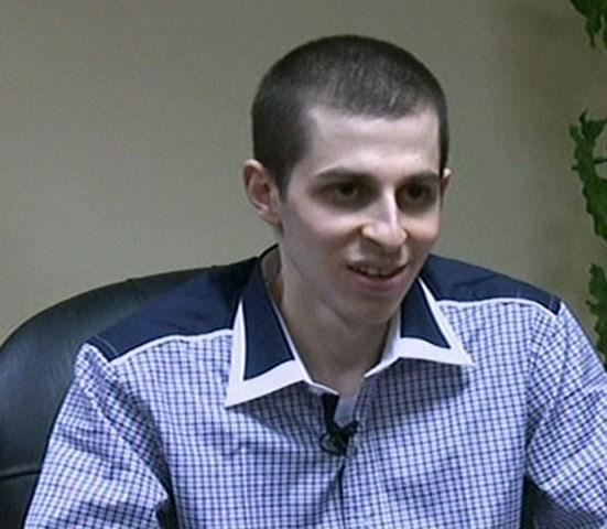 ماذا قال شاليط خلال التحقيق معه؟ لماذا شعر بالخوف والخجل ؟