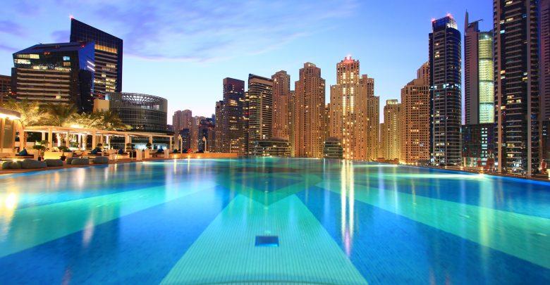 بالصور  ..  استمتع بعرض الصيف في مسبح إنفينتي من فندق العنوان مرسى دبي