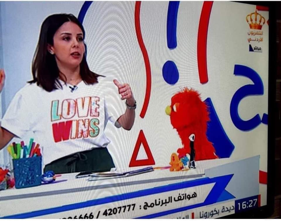 مصدر في التلفزيون يستهجن الحملة على مقدمة برامج الأطفال: الدعوة للمحبة ليست حصراً على المثليين