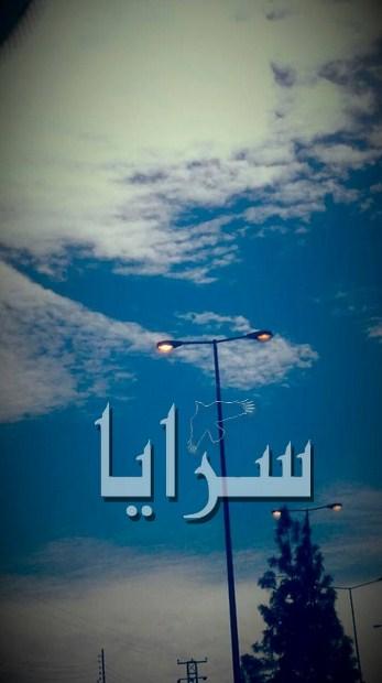 بالصور .. إنارة الشارع الدولي بمخيم البقعة مضاءة في وضح النهار