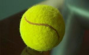 لماذا عليك أن تحمل كرة تنس في حقيبة سفرك دائمًا؟