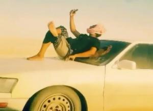 بالفيديو.. عُماني يقود مركبته وصديقه فوق غطاء السيارة اثناء مسيره بسرعة