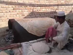 بالفيديو .. شاهد اكبر رغيف خبز قد تشاهده
