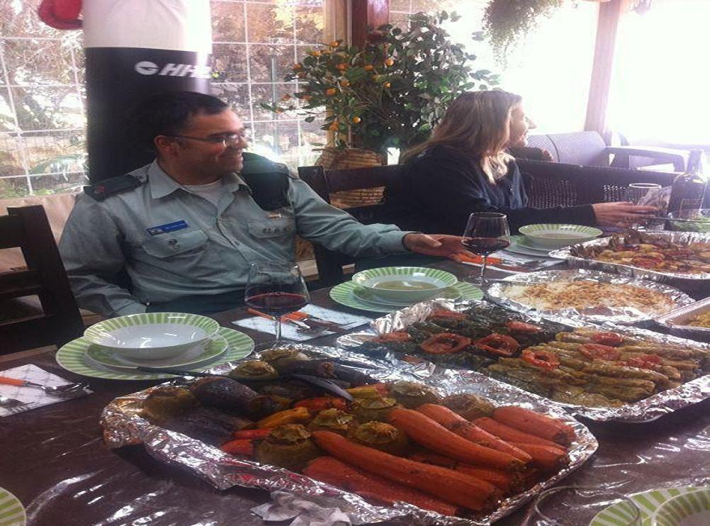 """صورة لـ""""افيخاي ادرعي"""" في بيت عائلة يهودية من اصل مصري تثير الجدل"""