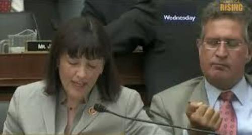 """بالفيديو .. سياسي أمريكي يأكل """"شمع أذنه"""" على الهواء بشكل مقزز"""