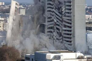 بالفيديو والصور .. لحظة انهيار مبنى مكون من 15 طابقا في طهران