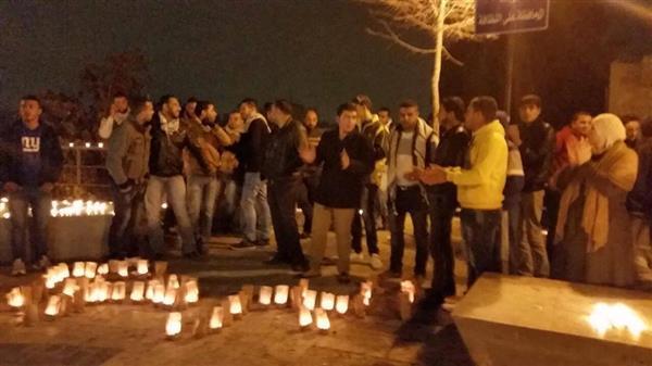 بالصور : اضاءة شموع في شارع الرينبو تضامناً مع الأهالي في غزة