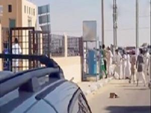 بالفيديو.. شبان يضربون شاباً بالحجارة لمنعه من الإنتحار !!