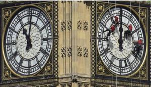 بالصور: عمال ينظفون ساعة بيج بن في لندن