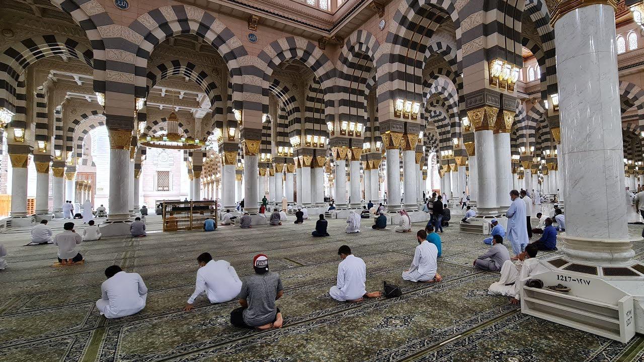 """إعفاء مسؤولين سعوديين كبار بسبب """"حادثة نادرة"""" في المسجد النبوي الشريف"""