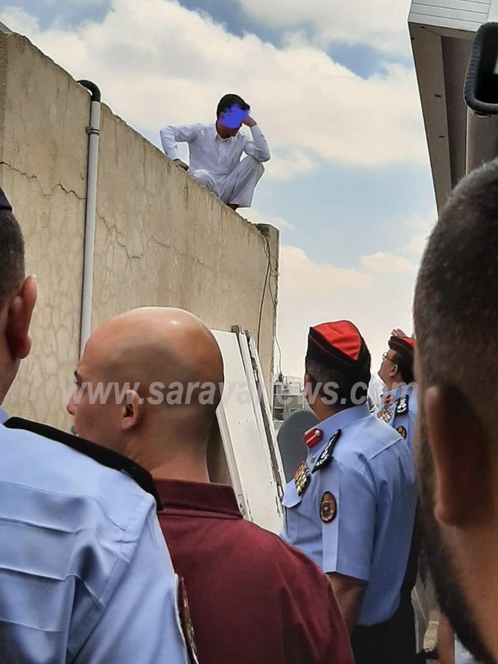بالصور ..  مواطن يهدد بالانتحار من اعلى  مبنى وزارة الاوقاف