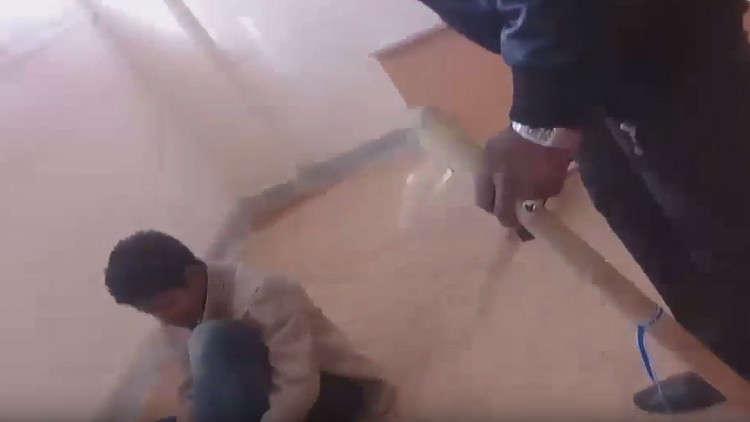 فيديو صادم لمعلم يضرب عدد من الطلبة بطريقة مروعة في احدى المدارس