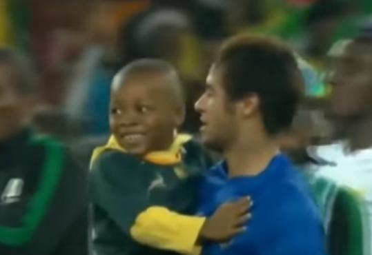 بالفيديو .. عندما يدخل الاطفال الى ملاعب كرة القدم شاهد ماذا يفعلون