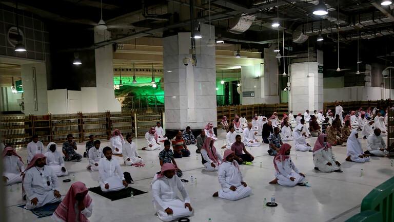 بالفيديو  ..  فتوى سعودية تجيز لجار المسجد الصلاة في البيت تحسباً لكورونا