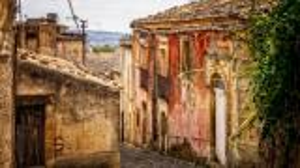 بلدة ايطالية تبيع منازلها بدون مقابل  ..  فما الحكاية؟