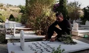 لبناني يدق على قبر والده بعدما اخبروه انه عاد للحياة