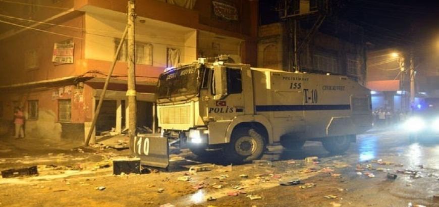 اعتداءات واسعة على سوريين وتكسير محالهم التجارية بعد انتشار شائعة اعتداء لاجئ سوري على طفل تركي