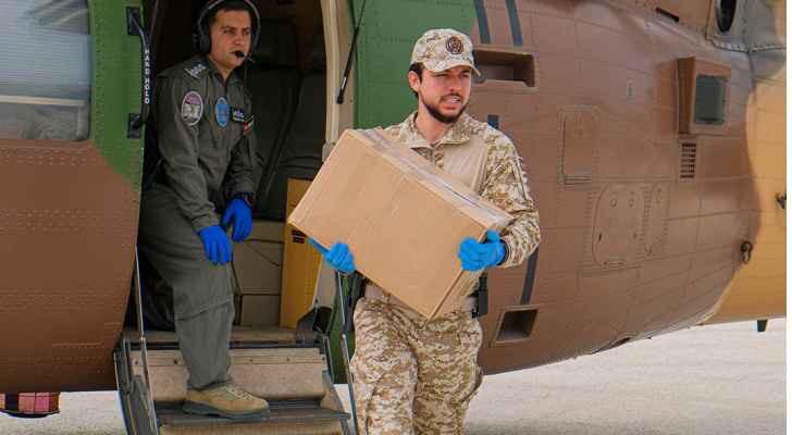 ولي العهد يشارك القوات المسلحة بتوزيع مساعدات عينية في إربد