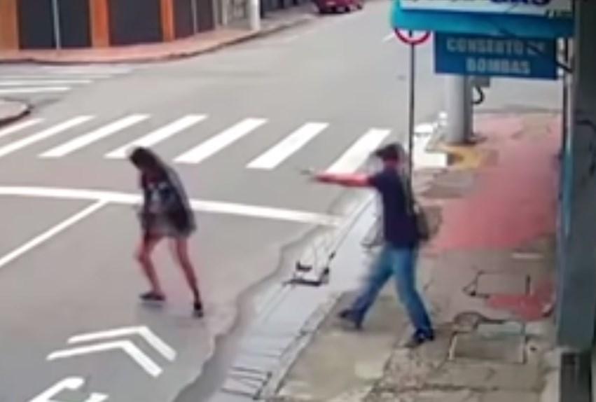 بالفيديو ..  برازيلي يقتل متسولة في الشارع أمام الناس بدم بارد