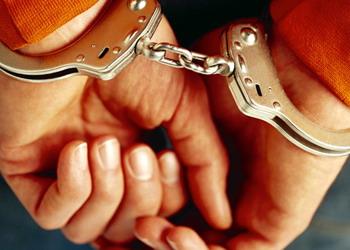 القبض على 7 اشخاص متهمين بقضايا مخدرات خلال مداهمة امنية جنوب عمان