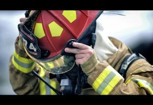 بالفيديو .. رجل إطفاء يُنقذ فتاة من الانتحار بطريقة غير مألوفة!