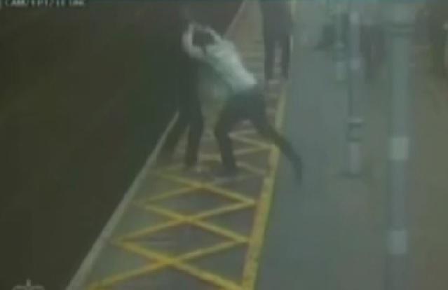 بالفيديو : لحظات مروعة لشاب يدفع رجل أعمى إلى خط القطار