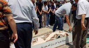 بالفيديو.. الفلسطينيون يواصلون الصلاة على عتبات الأقصى لليوم الثامن