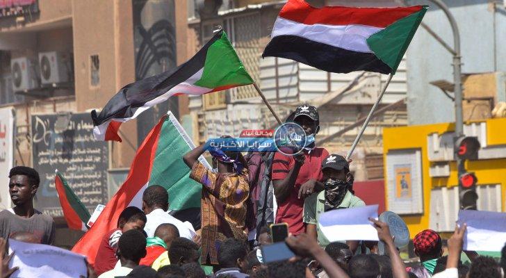 متظاهرون يقطعون طرقا في الخرطوم احتجاجا على اعتقال مسؤولين
