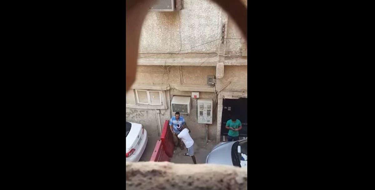 بالفيديو ..  سعودي ظهر بمقطع فيديو يضرب عاملًا ويسرقه بوضح النهار