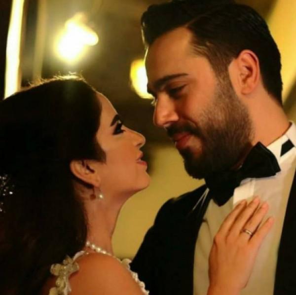 بالفيديو  ..  ممثله سورية تثير الجدل في حفل زفافها بسبب فستانها الجريء وجنسية عريسها