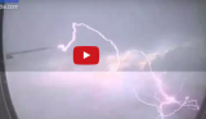 بالفيديو .. البرق يصعق جناح طائرة ماذا حصل؟
