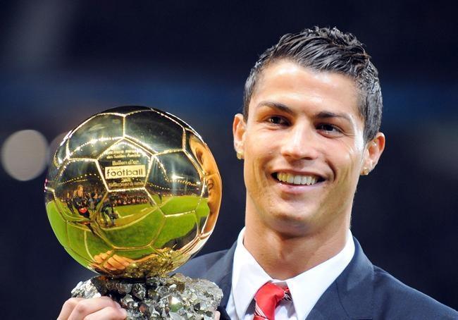 بيع كرة رونالدو الذهبية بـ 600 ألف يورو